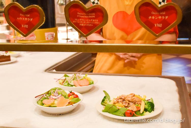 東京ディズニーランド レストラン クイーンオブハート カウンターのサラダ
