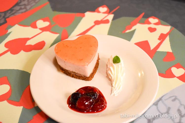 東京ディズニーランド レストラン クイーンオブハート ハートのストロベリームース テーブル絵
