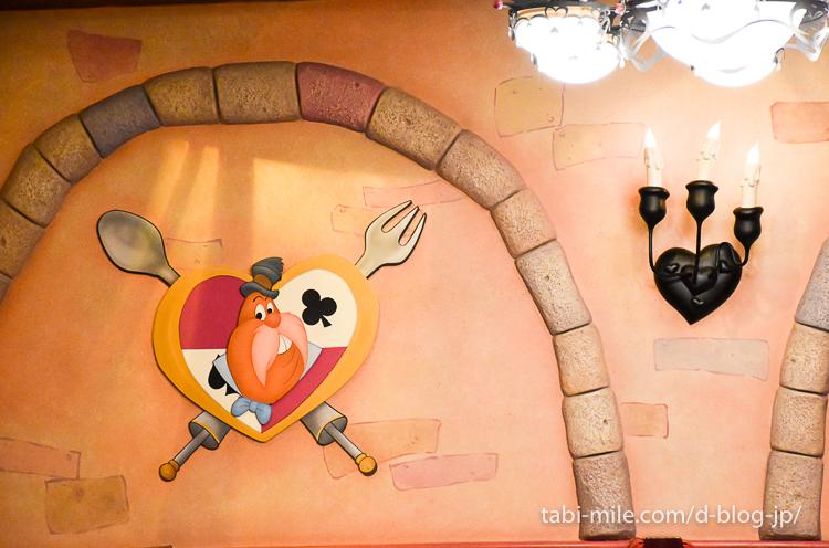 東京ディズニーランド レストラン クイーンオブハート 店内様子 壁