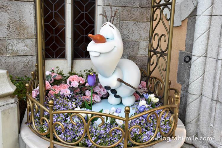 東京ディズニーランド 花の香りを嗅ぐオラフ